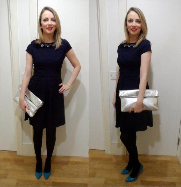 svart miniklänning med kepsar och silverplånbok