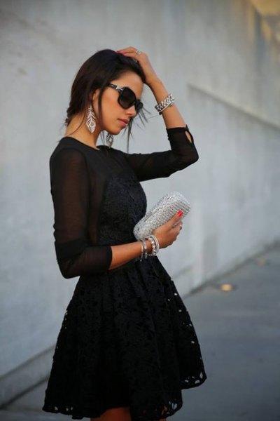 svart långärmad miniklänning i chiffong med passform och flare med silverplånbok