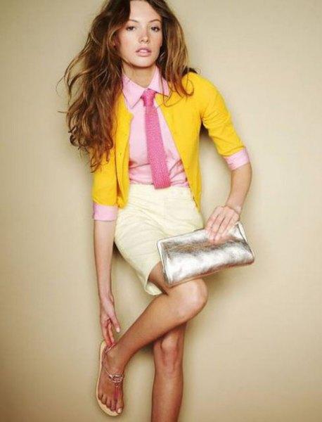 gul kofta med halva ärmar, skjorta och slips