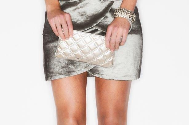 silver miniklänning med matchande quiltad läderhandväska