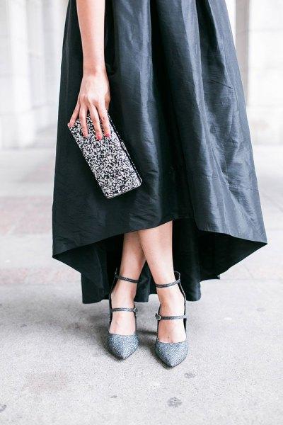 svart maxiklänning i läder med silverkoppling i paljetter