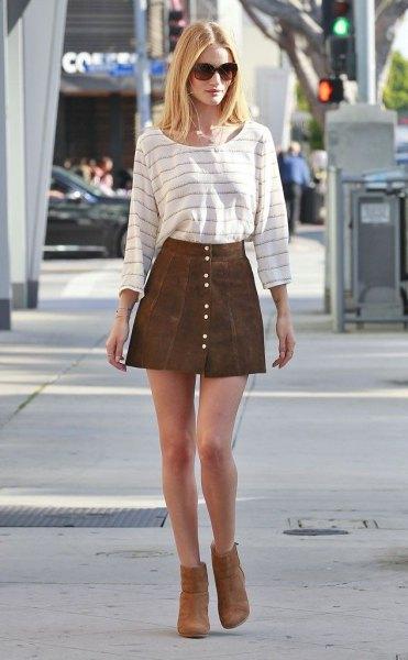 randiga fotkängor med t-shirt fram kjol
