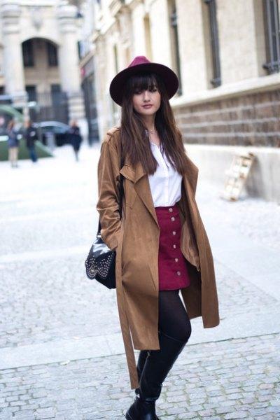 Trenchcoat med vinröd kjol