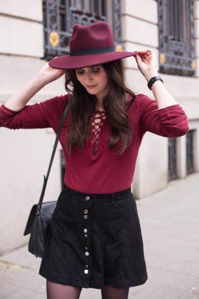 röd slips schackspets svart knapp ovanför kjolen