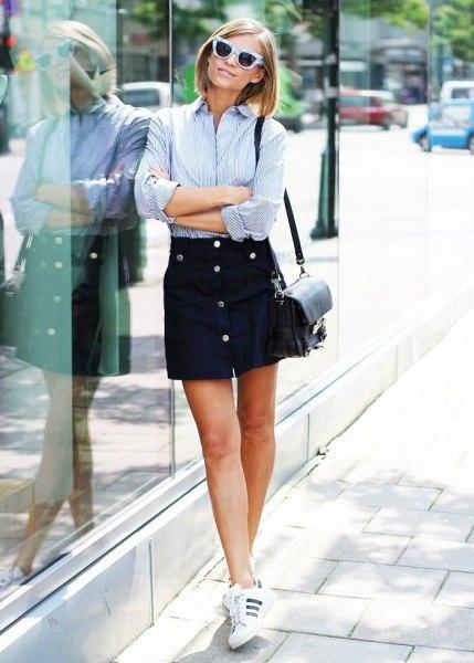 blå och vit randig skjorta svart knapp kjol