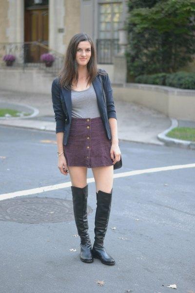 grå kjol med knappar över knäläderstövlar