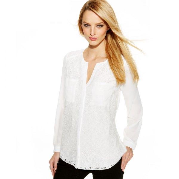 vit skjorta utan krage med svarta jeans
