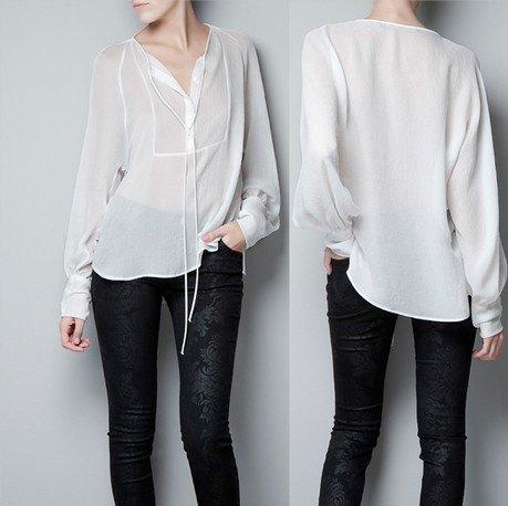 vit halvtransparent skjorta gjord av chiffong utan krage med svarta sammetstrumpbyxor