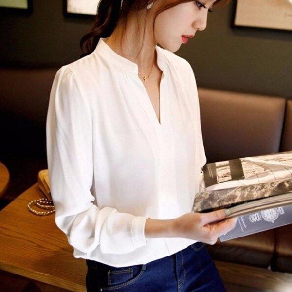 vit V-ringad skjorta och blå smala jeans