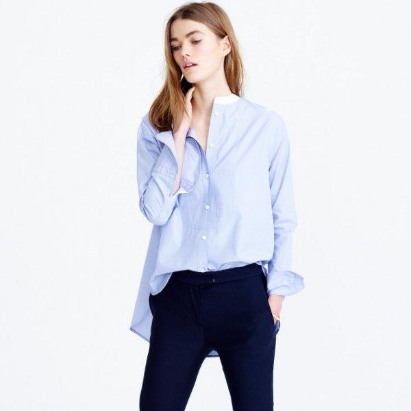 Överdimensionerad himmelblå skjorta utan krage med mörkblå jeans