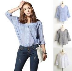ljusblå linneskjorta utan krage med blå skinny jeans