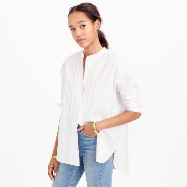 vit skjorta med överdimensionerad krage utan ärmar och blå jeans