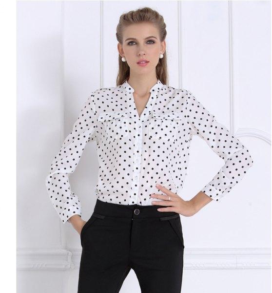 vit och svart prickig skjorta utan krage med chinos