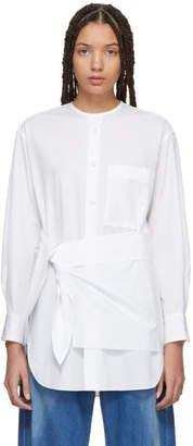 vit lång slips midja kragefri skjorta med blå vida jeans