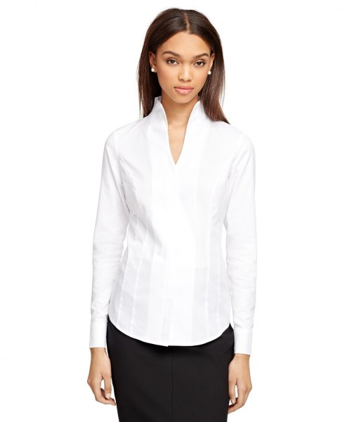 vit mock neck krage mindre mini VV hals skjorta med svart kjol