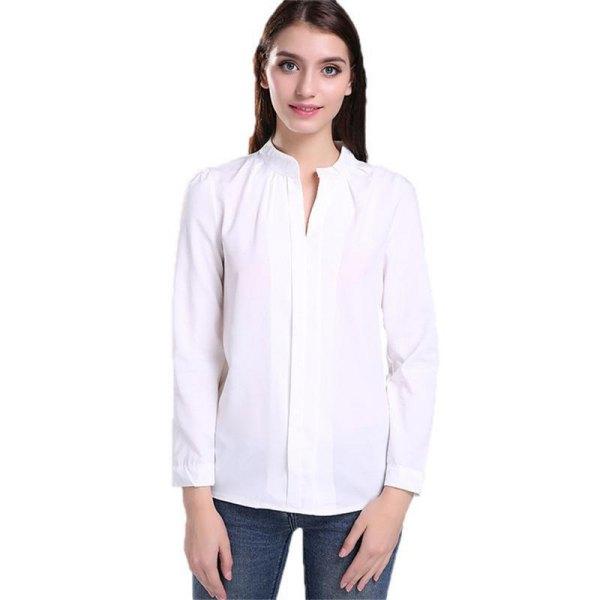 vit skjorta utan krage och smala jeans