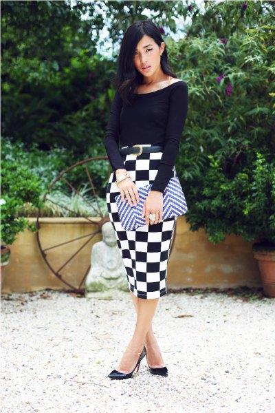 svart topp med båthals och rutig midikontrollerad kjol