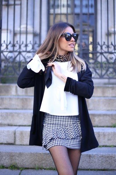 Mini kjol med vit blus och svart ullrock