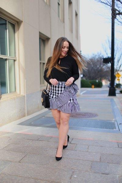 svart nyckelhålströja med rutig mini-kjol