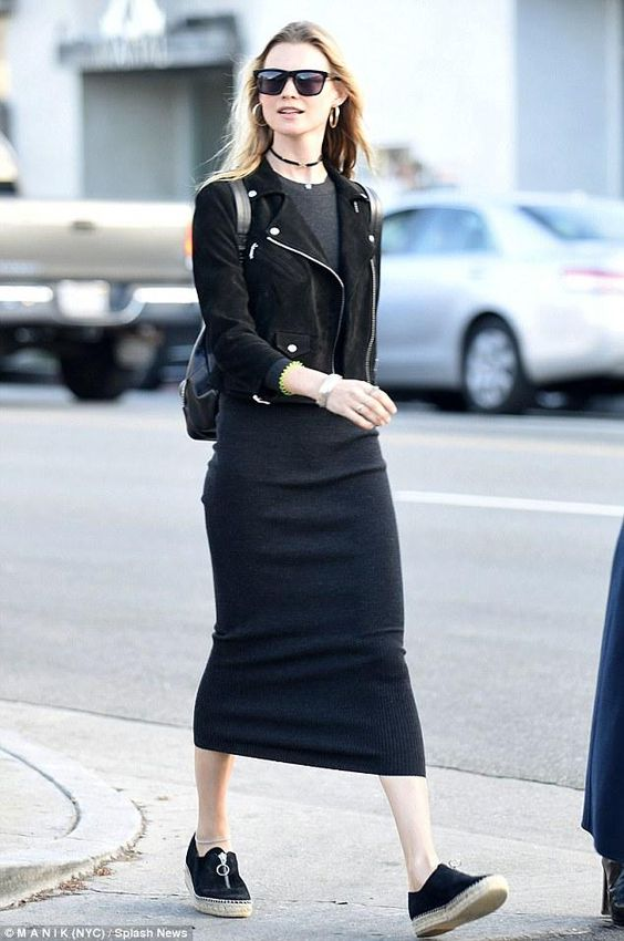 svart figurklädnad klänning gjord av mocka