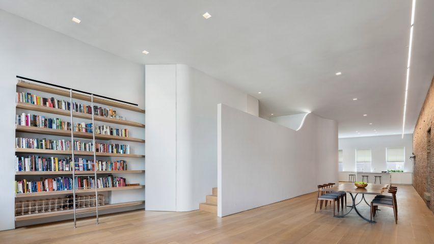 En ny sovande mezzanine, en bokhylla med en rullande stege och en.