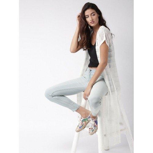 vit maxi virkad axelryckning svart topp ljusblå jeans