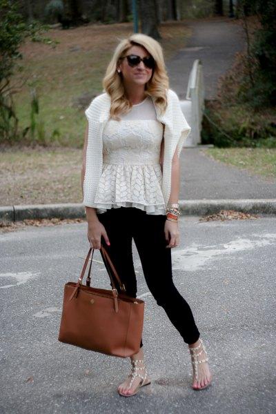 vit kofta och svarta skinny jeans