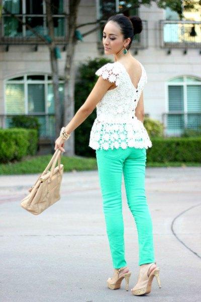 vit peplumtopp i spets med rosa rygg och rosa skinny jeans