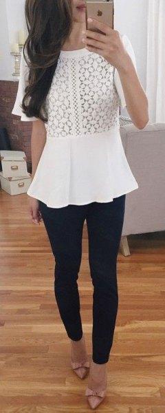 vit peplum-topp med svarta skinny jeans och bandklackar