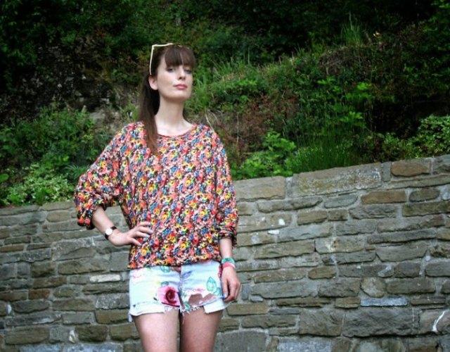 gul och blå blommig blus och mini grafisk designer shorts