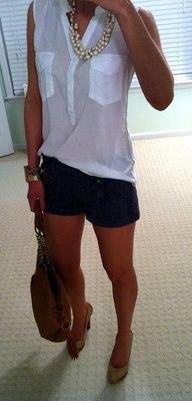 vit ärmlös chiffongblus med svarta designer shorts