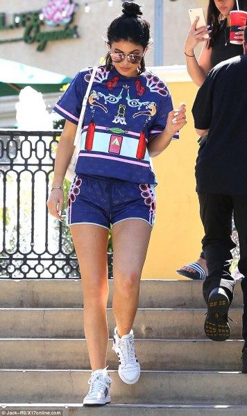 blå grafisk t-shirt med matchande designer shorts