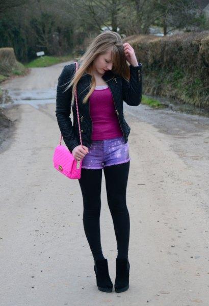 svart kavaj med rosa topp med scoop-hals och blå denim mini designer shorts