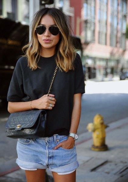grå t-shirt med blå mini-shorts med muddar