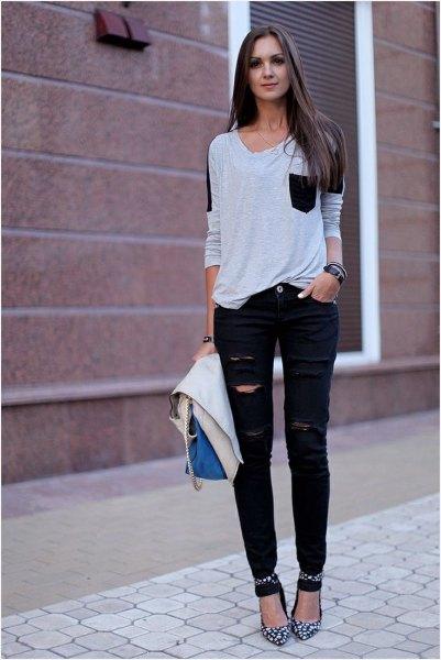 vit och svart framficka t-shirt med rippade jeans och klackar i ankelbandet