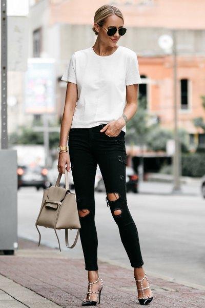 vit t-shirt med svarta skinny jeans och strappy klackar