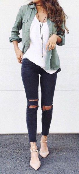 grå linneskjorta med vit linne och svarta skinny jeans
