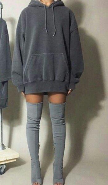 mörkgrå hoodie klänning grå overknee stövlar