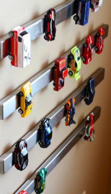 Väggdekorationer med leksaksbilar, barnförvaring och organisationsidéer.