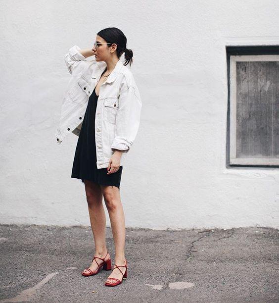 vit jeansjacka svart klänning