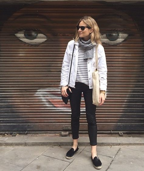 vit jeansjacka svarta byxor