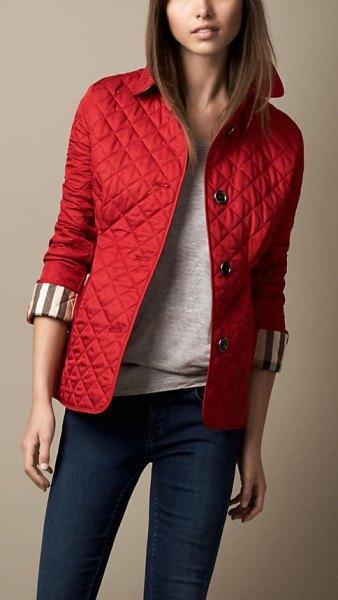 röd quiltad jacka, mörkblå skinny jeans