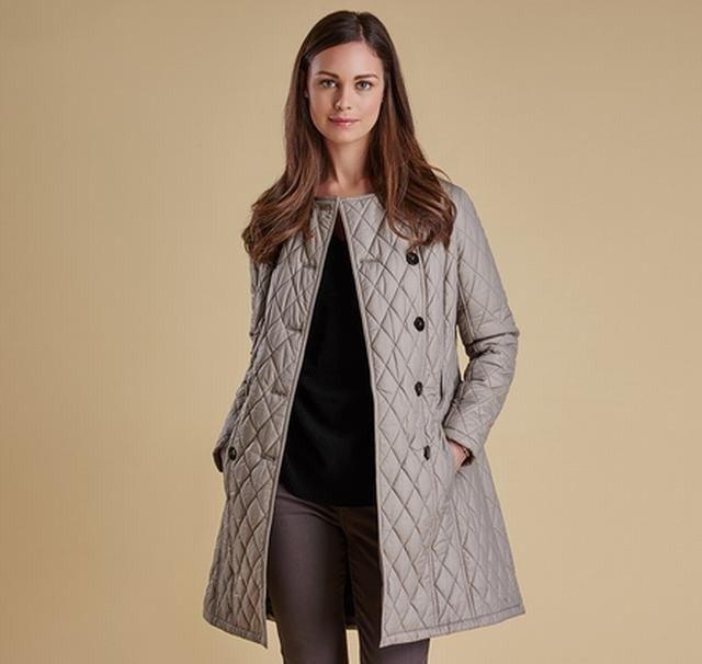 grå lång quiltad jacka svart tröja