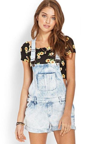 Ljusblå jeansshorts, svart kort t-shirt med blommigt tryck