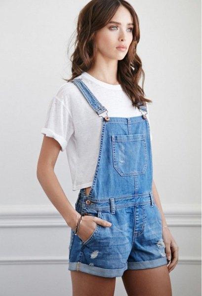 blå jeans overall shorts vit kort t-shirt