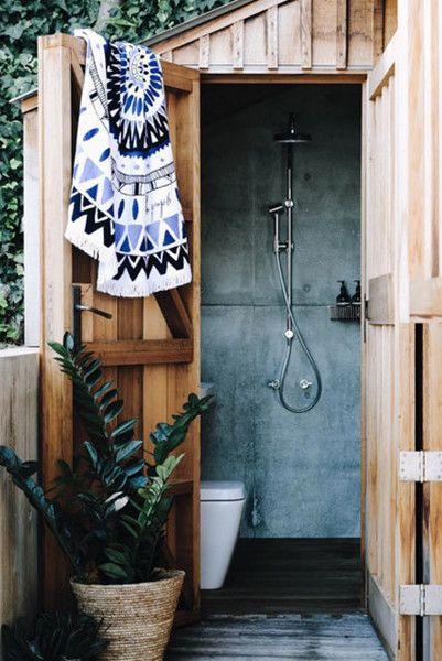 Uppgradering av uthus    Utomhus badrum, Tiny badrum förvaring, Diy.