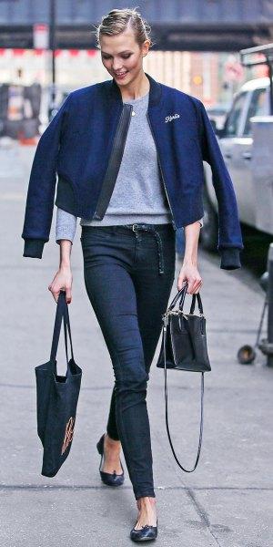 mörkblå jacka med grå tröja och jeans med hög midja