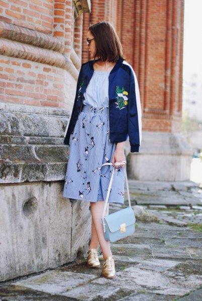 blå broderad bomberjacka med ljusblå midi-grafisk kjol