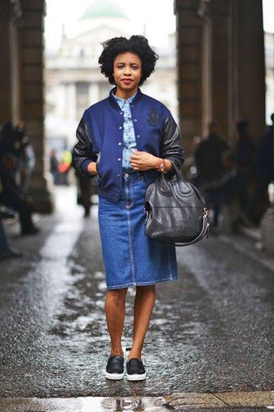 Marinblå och svart skinnjacka med chambray-skjorta och jeanskjol