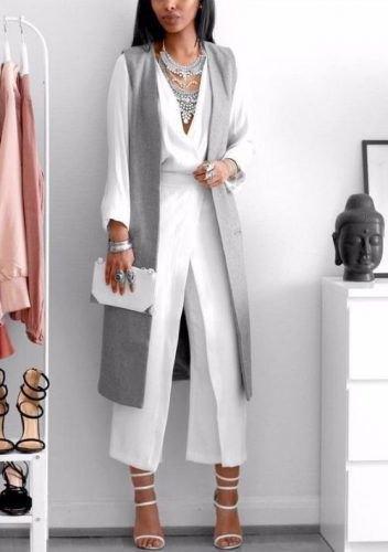 vita byxor med vida ben och grå långremsväst